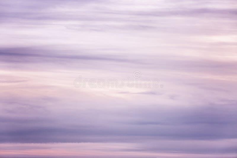Mooie lilac zonsondergang op de hemel, achtergrond Ruimte voor tekst stock fotografie
