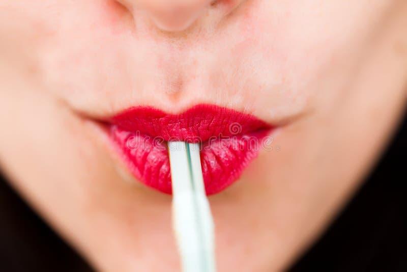 Mooie lippen met stro stock afbeeldingen