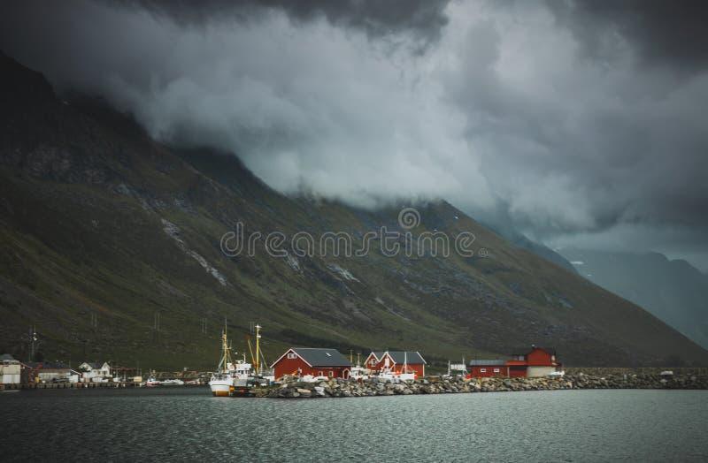 Mooie Lofoten-eilanden, traditionele rode huizen royalty-vrije stock afbeelding