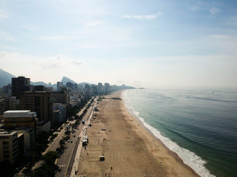 Mooie luchthommelmening van het strand van Leblon en Ipanema-, Rio de Janeiro royalty-vrije stock afbeeldingen