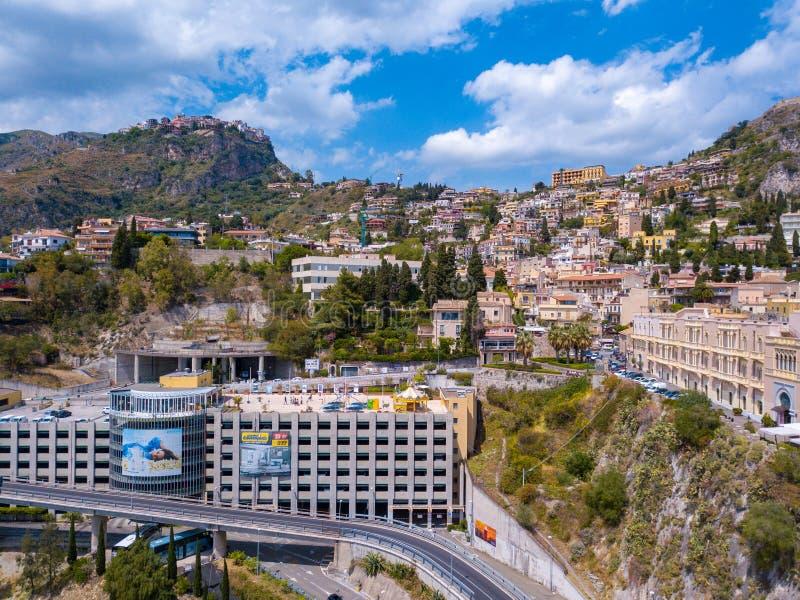 Mooie luchtmening van de Taormina-stad in Sicilië, Italië door het overzees stock fotografie