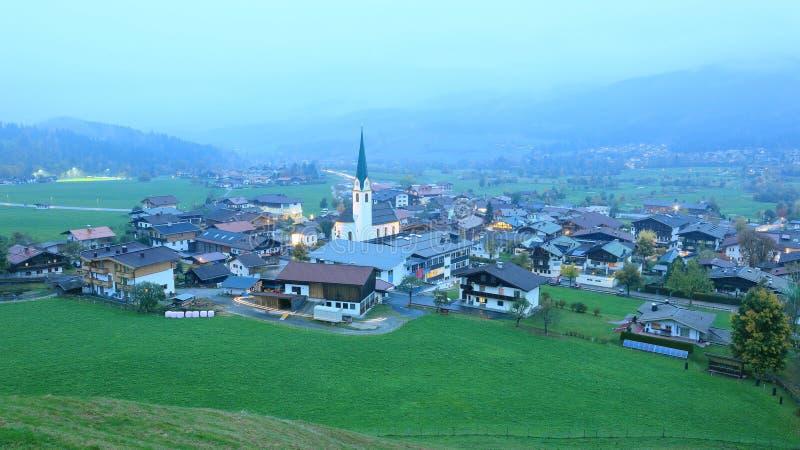 Mooie luchtmening van Ellmau bij schemer, een klein alpien dorp royalty-vrije stock afbeelding