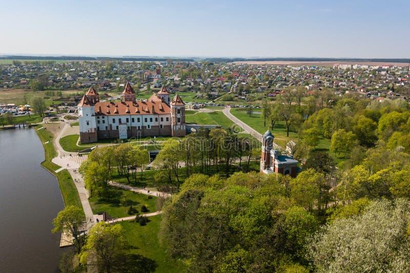 Mooie luchtmening van Middeleeuws Mir-kasteel complex op zonnig SP stock foto's