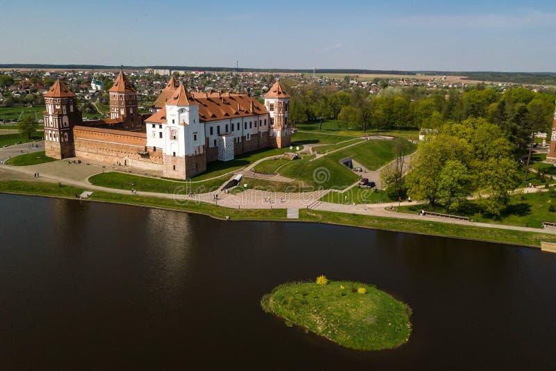 Mooie luchtmening van Middeleeuws Mir-kasteel complex op zonnig SP stock afbeelding