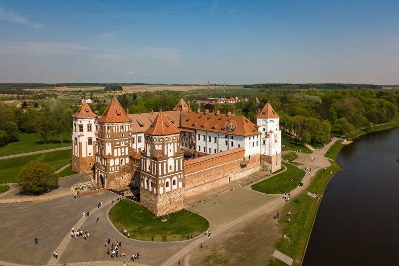 Mooie luchtmening van Middeleeuws Mir-kasteel complex op zonnig SP stock fotografie