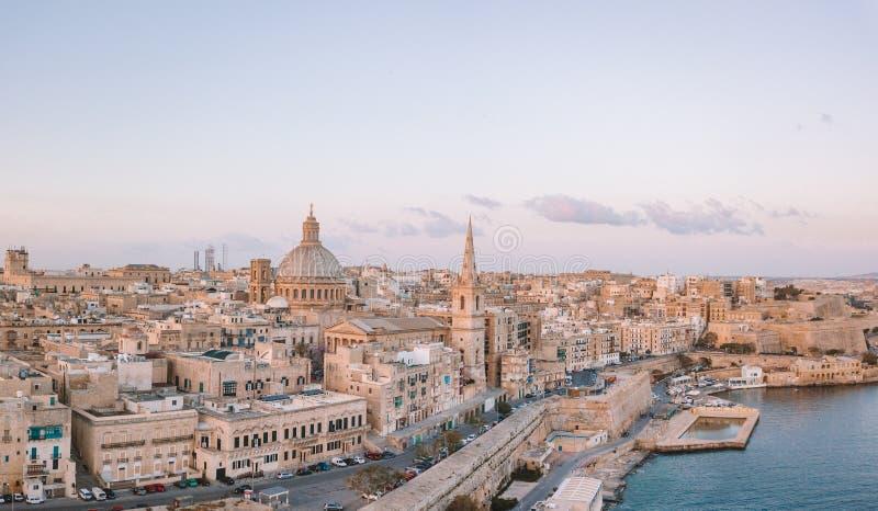 Mooie luchtzonsondergangmening van de Valletta-stad in Malta stock fotografie