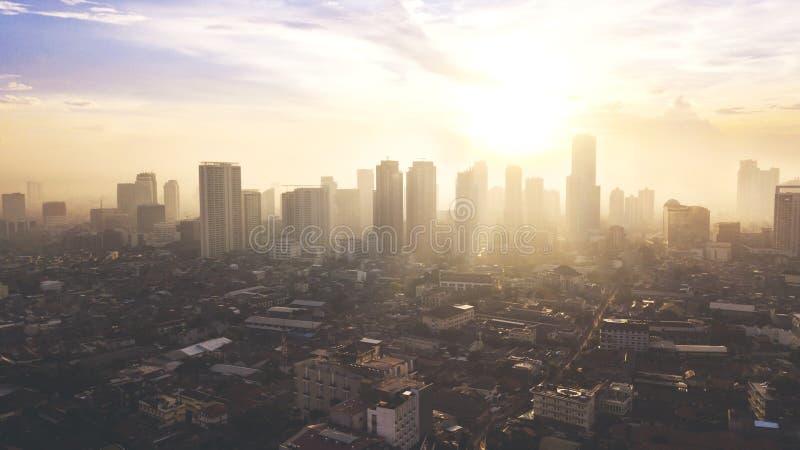 Mooie luchtzonsondergangmening van Djakarta van de binnenstad stock afbeelding