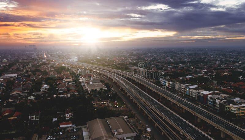 Mooie luchtzonsopgangmening van Tolmanier van Djakarta aan Bekasi stock afbeelding