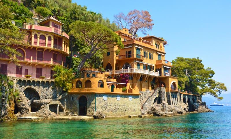 Mooie luxehuizen die op de Portofino-baai, Italië overzien stock fotografie