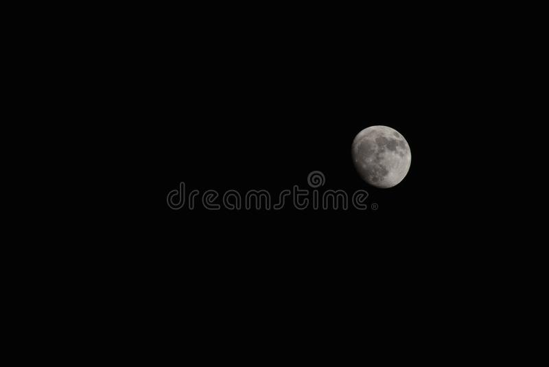 Mooie maan op donkere achtergrond stock afbeeldingen