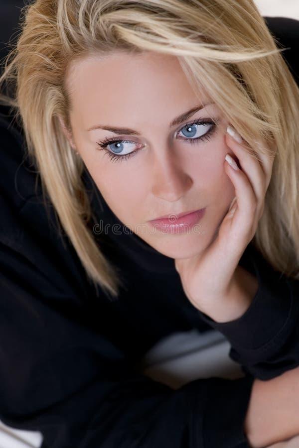 Mooie maar Droevige Jonge Blonde Vrouw met Blauwe Ogen royalty-vrije stock afbeeldingen