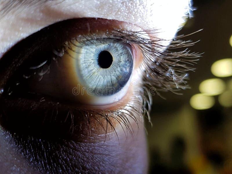 Mooie macrodieclose-up van de diepe ogen van een vrouwelijke mens wordt geschoten royalty-vrije stock afbeelding