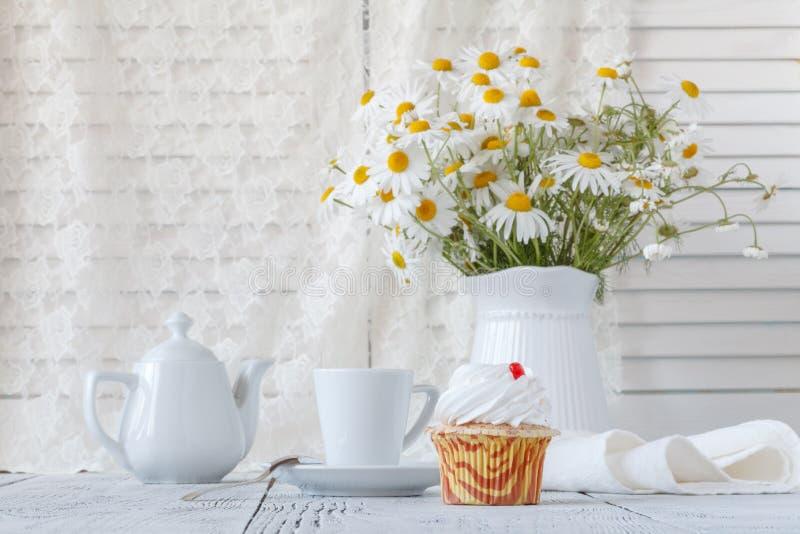 Mooie madeliefjesbloemen in vaas op lijst stock afbeelding