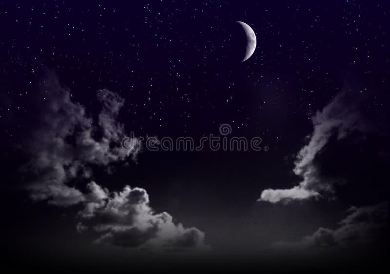 Mooie magische blauwe hemel met wolken en maan en sterren bij nacht closeupr stock foto's