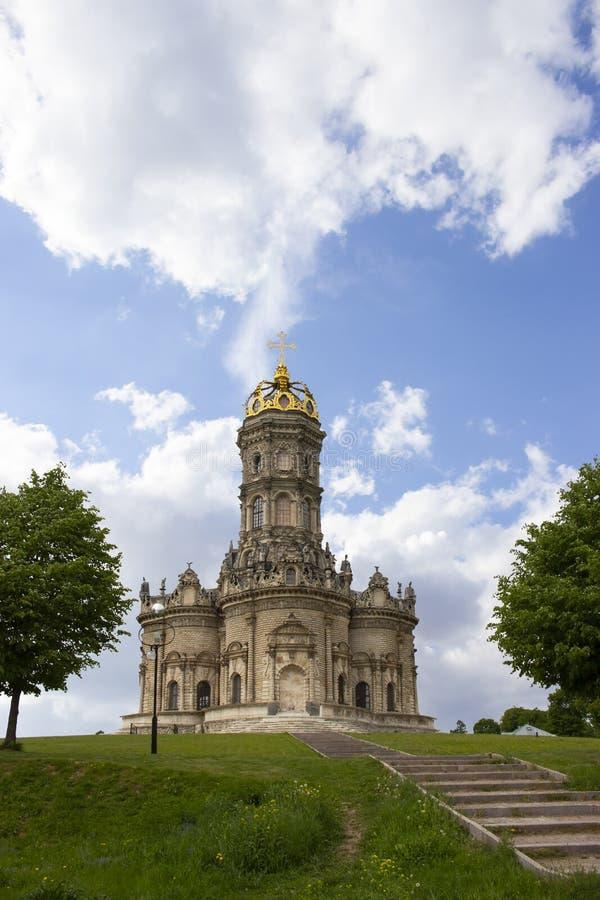 Mooie majestueuze Orthodoxe Christelijke kerk in het landgoed Dubrovitsy Rusland Steentempel met een hoge klokketoren,  stock foto's