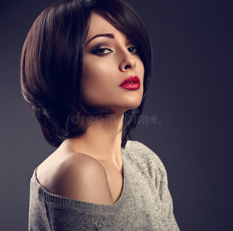 Mooie make-up sexy vrouw met korte haarstijl met heet rood l stock afbeelding