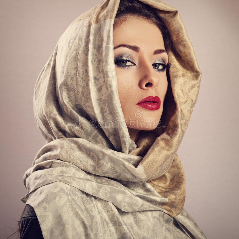 Mooie make-upvrouw met het rode lippenstift stellen met hoofd covere royalty-vrije stock afbeeldingen
