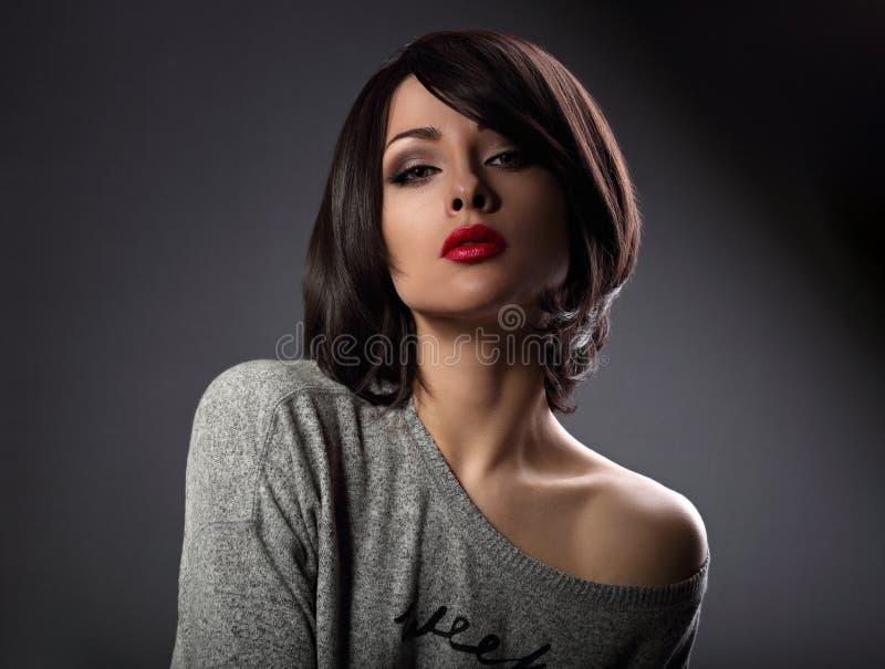 Mooie make-upvrouw met korte haarstijl en hete rode lipstic stock afbeeldingen