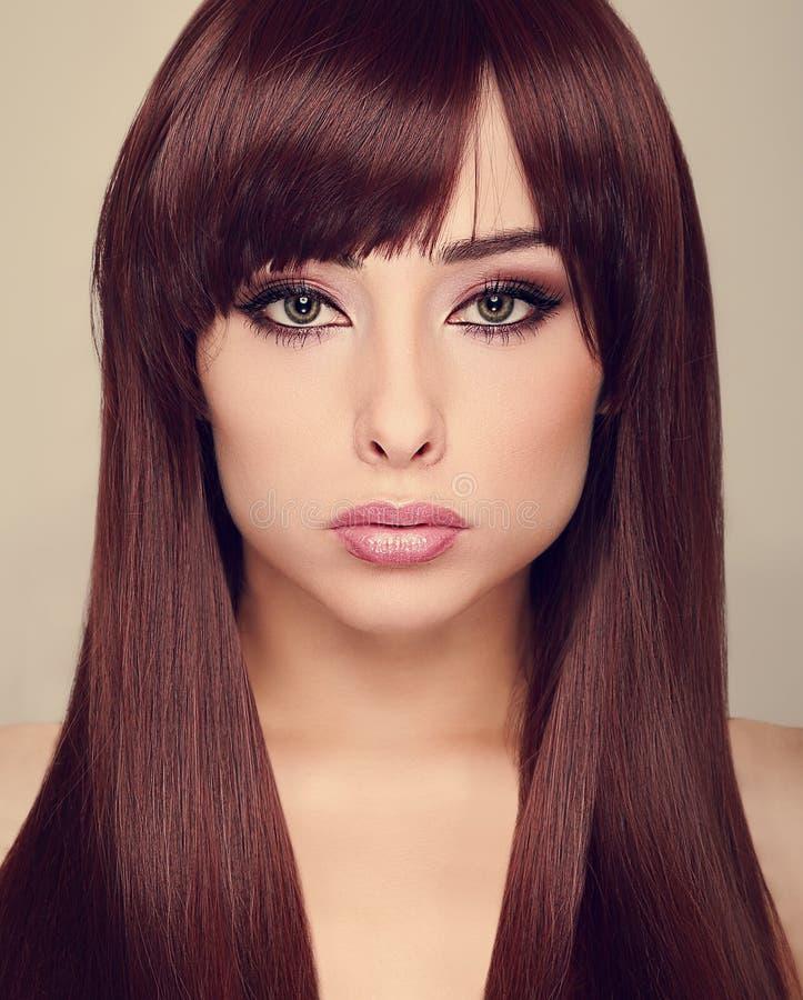 Mooie make-upvrouw met lang glanzend haar. royalty-vrije stock afbeelding