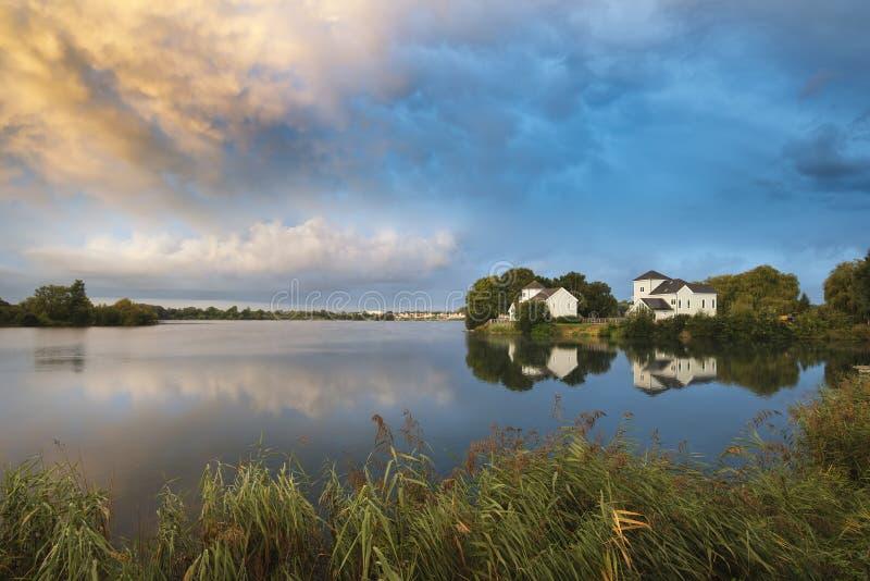 Mooie mammatuswolken die zich over meerlandschap immediatel vormen royalty-vrije stock afbeelding