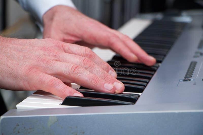 Mooie man handen op de sleutels van synthesizer royalty-vrije stock foto's