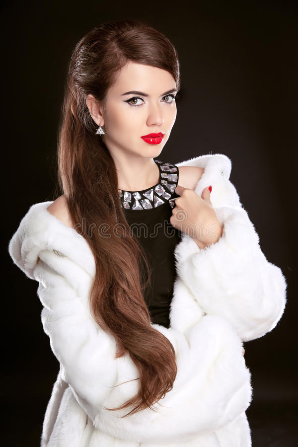 Mooie manierdame in luxebontjas en elegante zwarte dres stock foto's