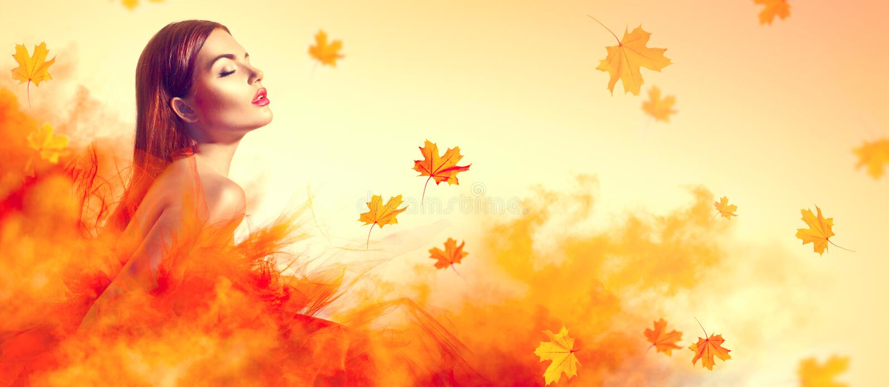 Mooie maniervrouw in de herfst gele kleding met dalende bladeren royalty-vrije stock afbeelding