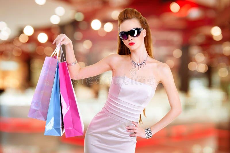 Mooie maniervrouw met het winkelen zakken stock fotografie