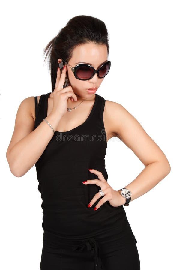 Mooie maniervrouw op de telefoon stock foto