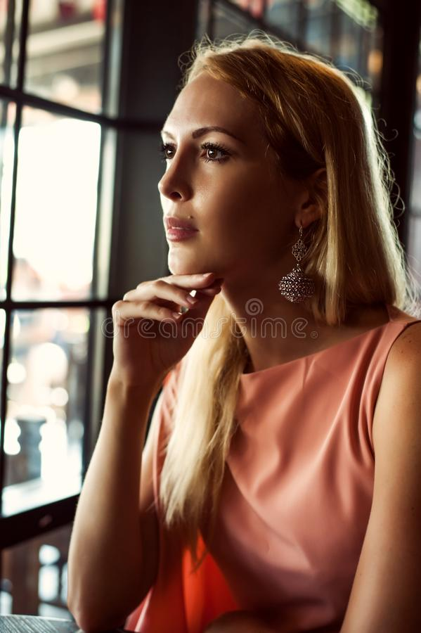 Mooie maniervrouw in roze kleding royalty-vrije stock foto