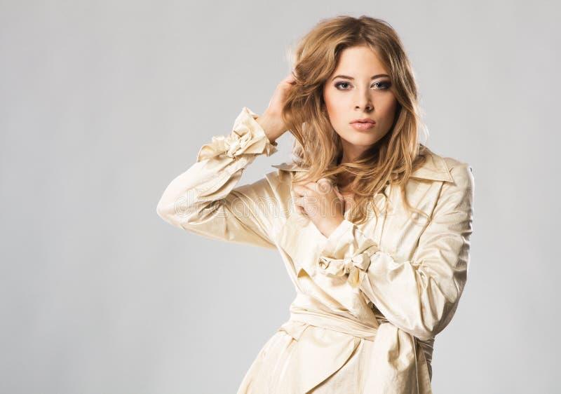 Mooie mannequin in beige laag royalty-vrije stock afbeeldingen