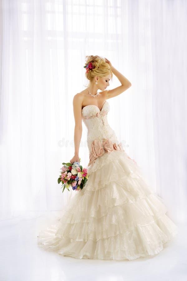 Mooie Mannequin Sensuele bruid Vrouw met huwelijkskleding royalty-vrije stock foto's