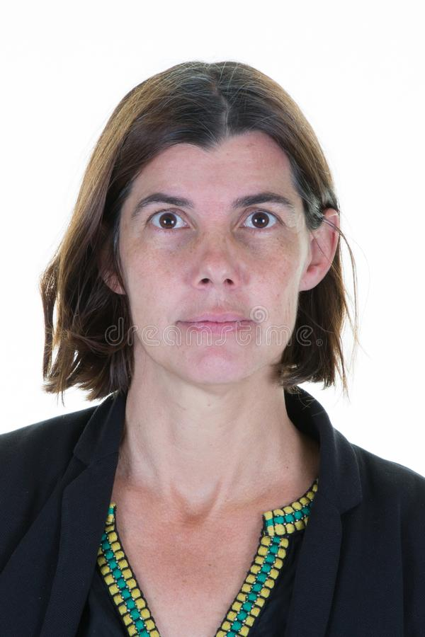 Mooie medio vrouw veertig voor witte achtergrond voor de bestuurdersvergunning van paspoortidentiteitskaart stock foto