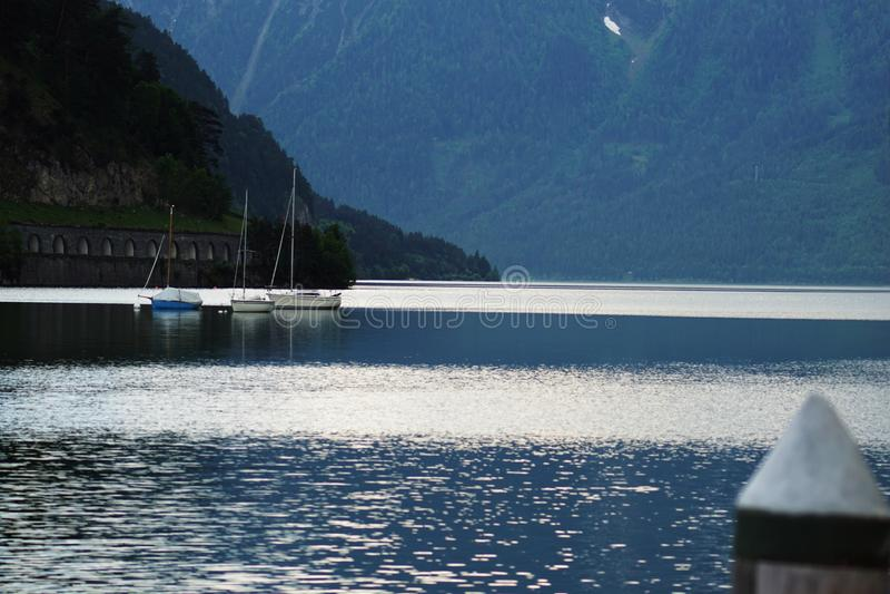 Mooie meerhaven met boten royalty-vrije stock afbeelding