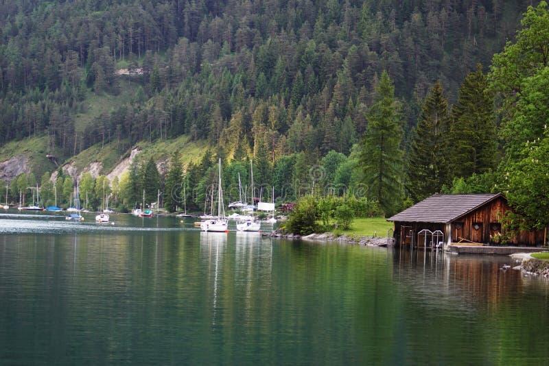 Mooie meerhaven met boten stock afbeeldingen
