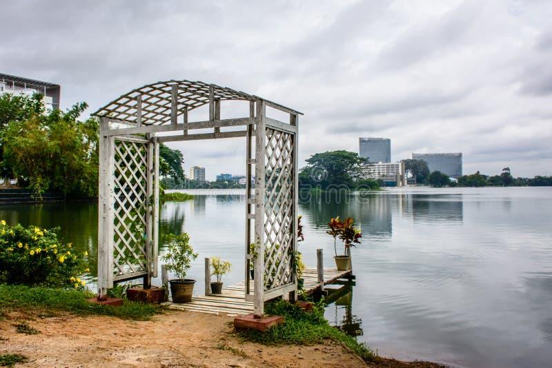 Mooie meerweg van Inya, Yangon, Myanmar stock afbeeldingen