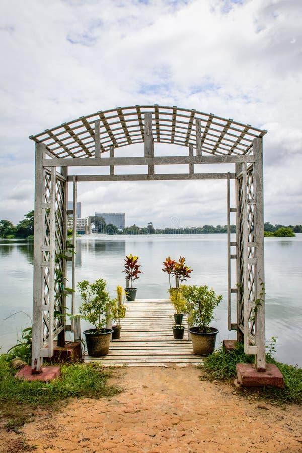 Mooie meerweg van Inya, Yangon, Myanmar stock foto
