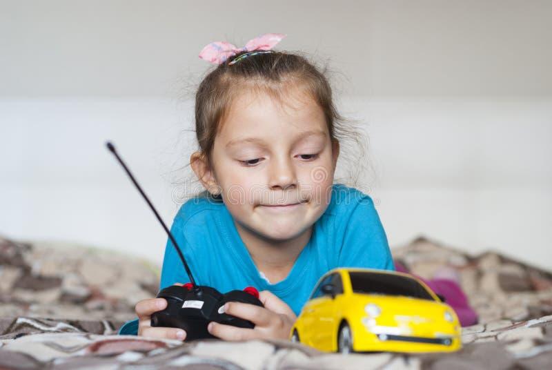 Mooie meisje en stuk speelgoed auto royalty-vrije stock foto's