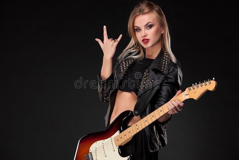 Mooie meisje het spelen gitaar stock foto