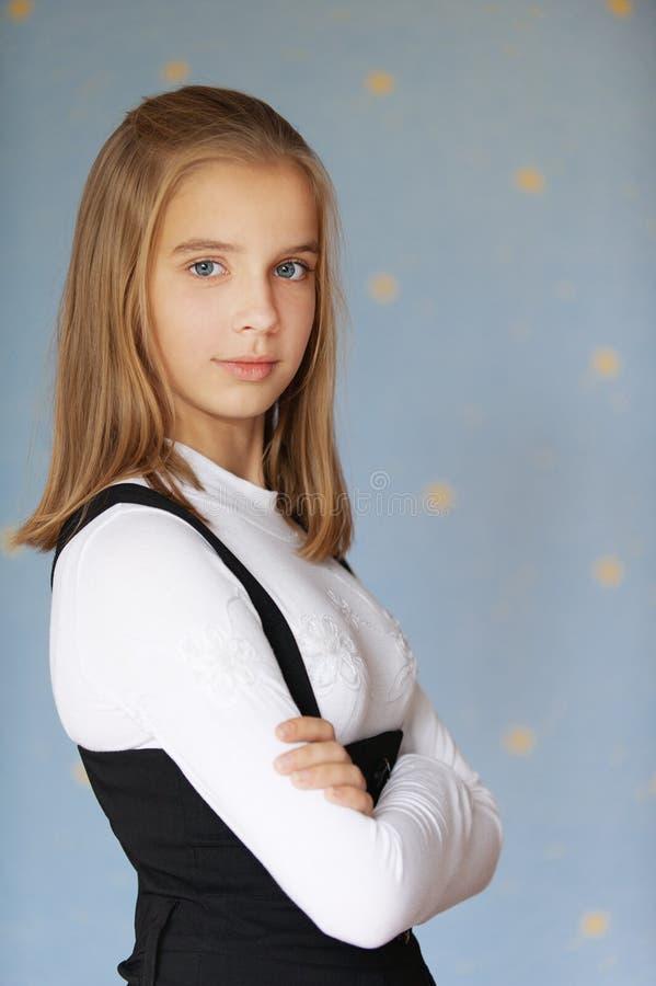 Mooie meisje-tiener met wapens stock afbeelding