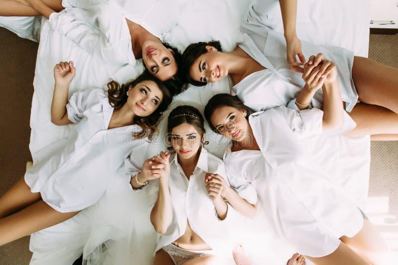 Mooie meisjes in de hotelruimte vóór huwelijk stock foto
