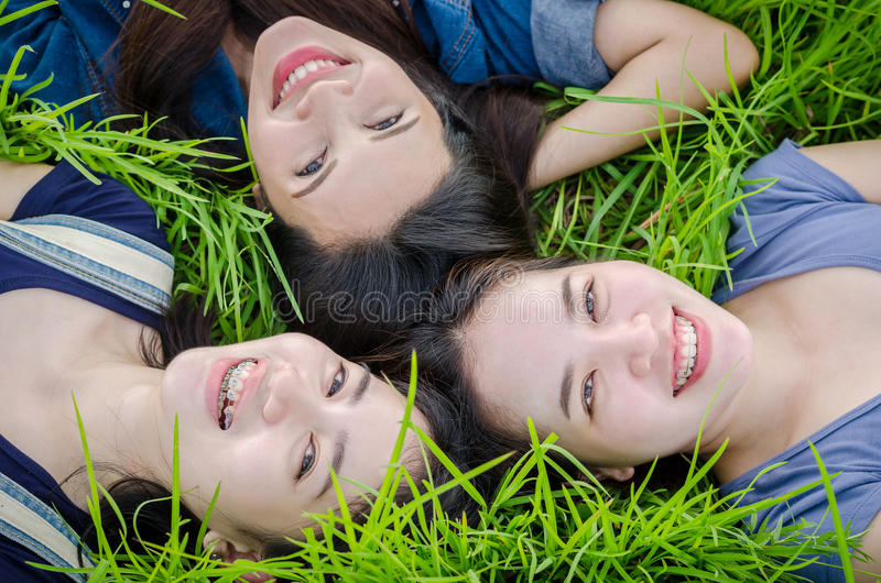 Mooie meisjes die op grasgebied liggen royalty-vrije stock foto's