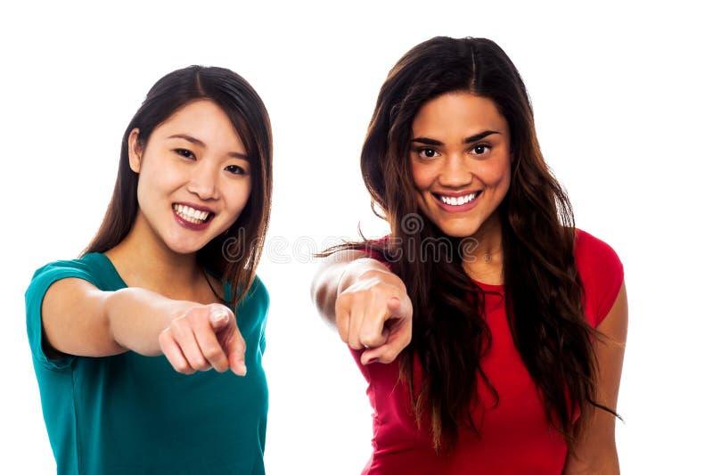 Mooie meisjes die vinger naar u richten royalty-vrije stock afbeelding