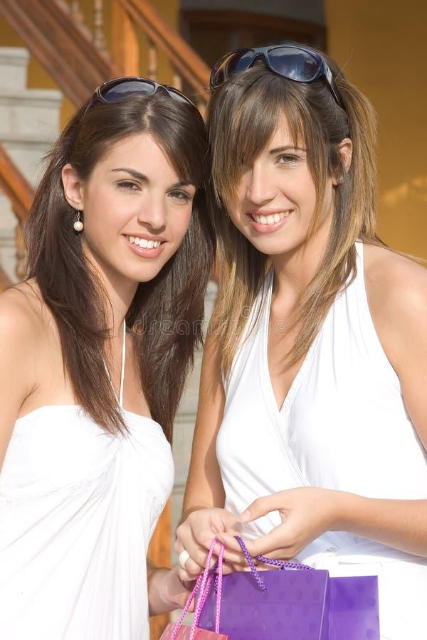 Mooie meisjes met het winkelen zakken royalty-vrije stock foto