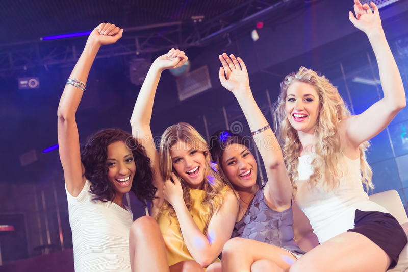 Mooie meisjes met omhoog wapens royalty-vrije stock foto