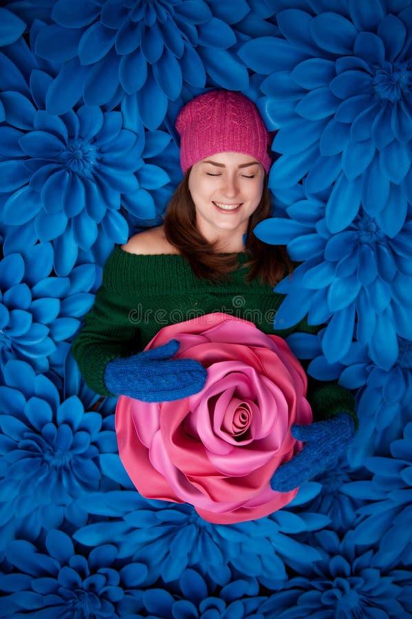 Mooie meisjes met reuze decoratieve bloemen stock afbeelding
