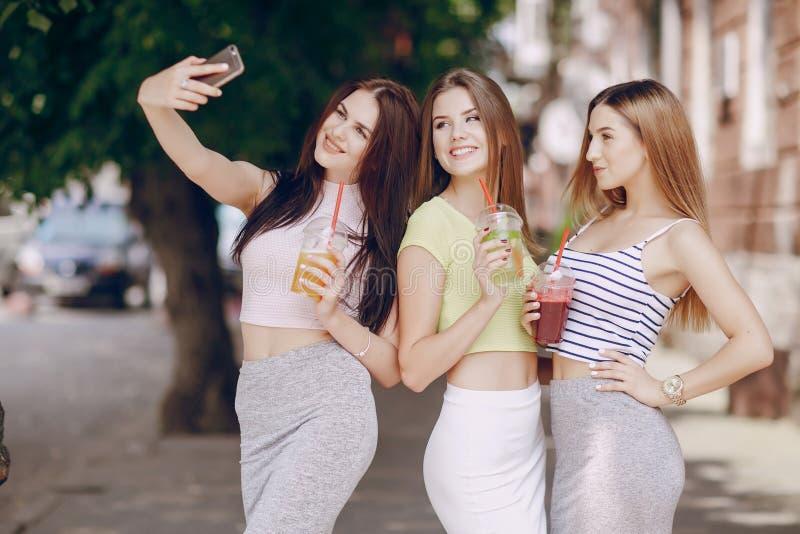 Mooie meisjes op de straat royalty-vrije stock afbeeldingen