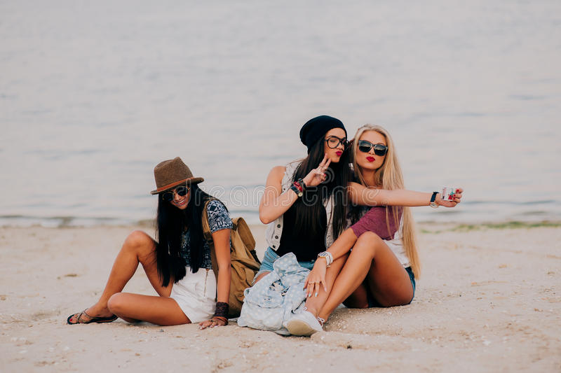 3 mooie meisjes op het strand stock afbeeldingen