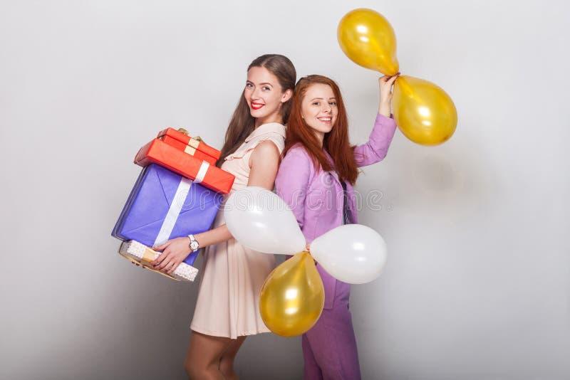 Mooie meisjes status rijtjes, houdend velen doos en lucht royalty-vrije stock foto