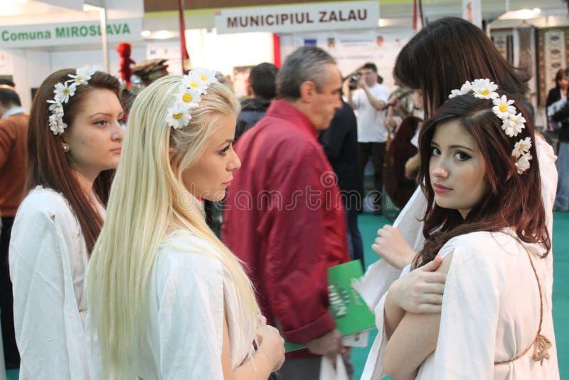 Meisjes bij de Roemeense Markt van het Toerisme